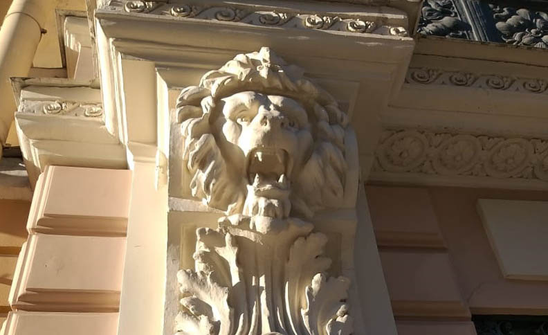 Decoration on the residental building on Itaianskaya Street